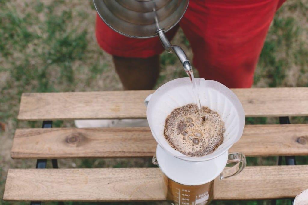 Zalévání kávy v Hario V60