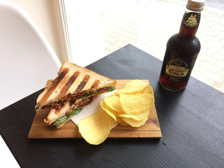 Tento týden na Vás čeká!  Denně polévka Zapečený BLT sandwich s chipsy (křupavá …