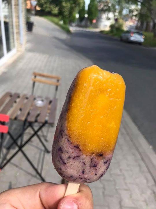 Máme pro vás každý den domácí nanuky pouze z ovoce ️   Na fotce mango & borůvky