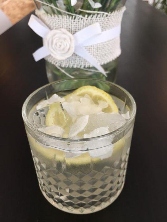 Čistou kokosovou vodu pro vás máme jako alternativu k limonádám. Krásně hydratuj…