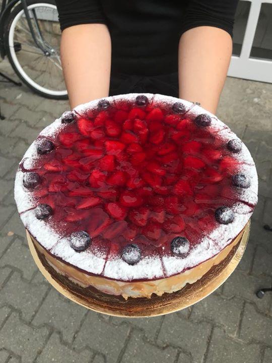 Jahodový dort  A mnoho dalšího v naší nabídce.  Zítra nasazujeme na mlýnek novou…