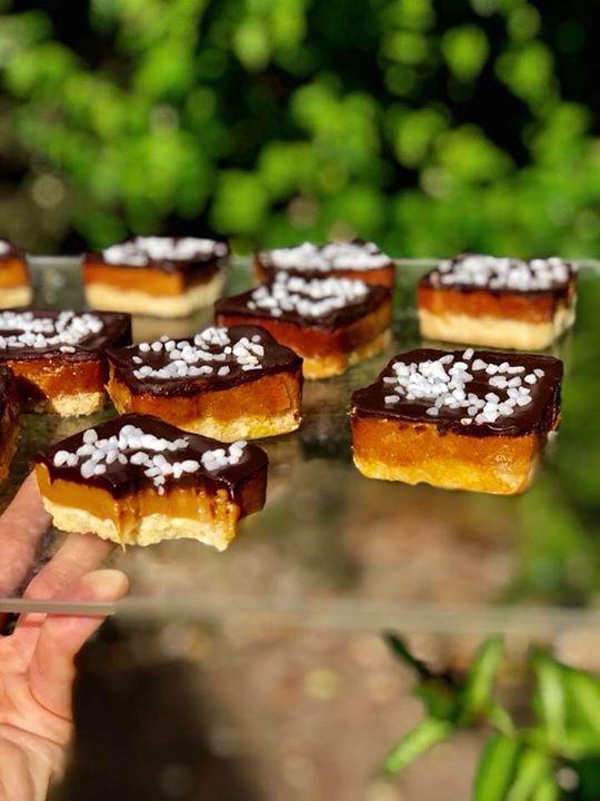 Millionaire shortbread ️  Křehké těsto, pořádná porce slaného karamelu a čokolád…