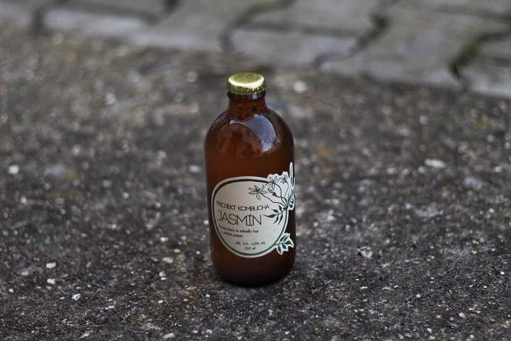 Tohle je Projekt Kombucha. Kvasný nápoj na bázi čaje.   Máme v nabídce dva druhy…