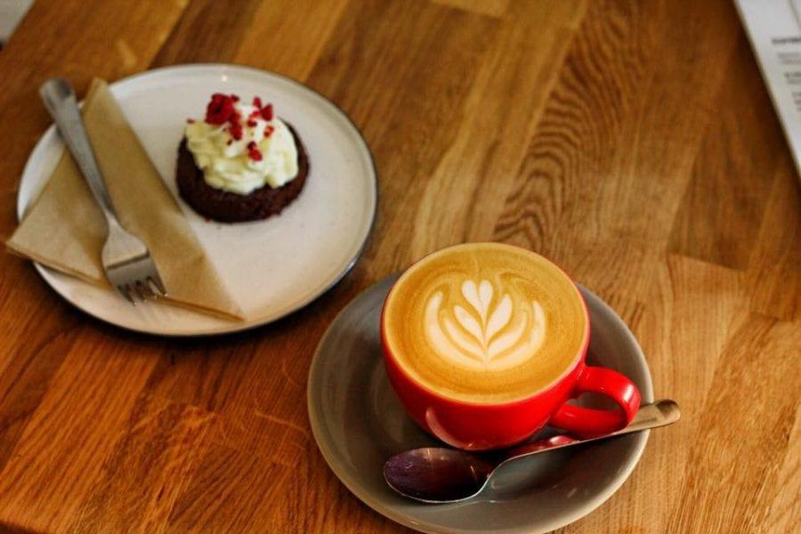 Cappuccino z naturalního El Salvadoru Miramar se vyznačuje krásnou sladkostí s l…