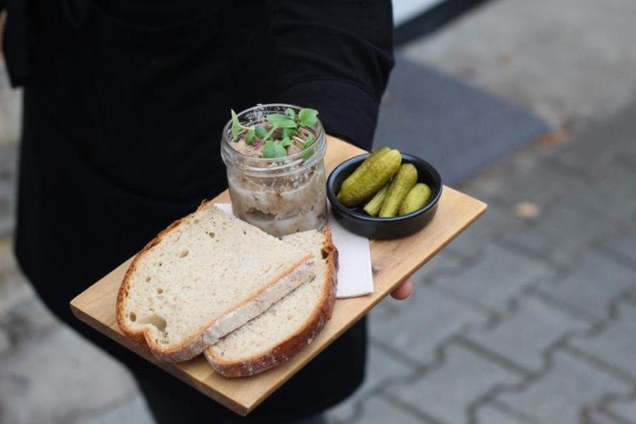 Paštiku střídají kachní rillettes s kváskovým chlebem a okurkami, tohle je velká…